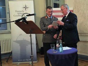 Generalmajor a.D. Christian E.O. Millotat bedankt sich bei Brigadegeneral Kai Rohrschneider für den Vortrag.