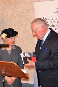 Generalmajor a.D. Christian Millotat überreicht Generalkonsulin Trimbach das Jahrbuch der Clausewitz-Gesellschaft.