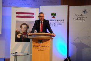 Staatssekretär Dr. Michael Schneider, Bevollmächtigter des Landes Sachsen-Anhalt beim Bund, begrüßt die Teilnehmer des 14. Clausewitz-Strategiegesprächs