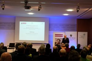 Der Moderator, Generalleutnant a.D. Kurt Herrmann, führt inhaltlich in  die Thematik ein