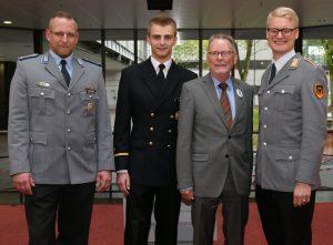 Oberst a. D. Ullrich Tiedt (2. v. r.), Leiter des Regionalkreises Nord der Clausewitz-Gesellschaft, mit den Preisträgern Oliver Hoffmann, Philipp Ströker und Wolf von Blumröder